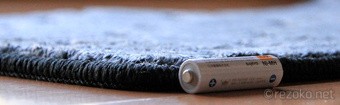 フロアマットと電池の厚み比較
