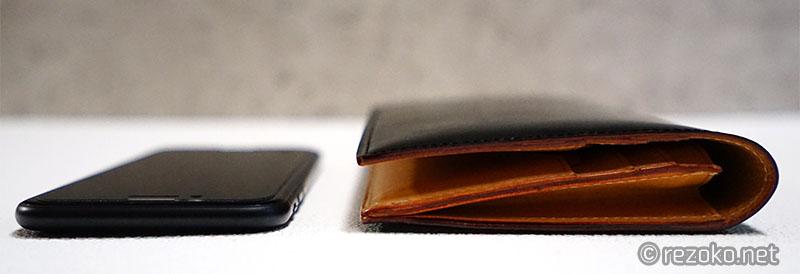 財布とアイフォーンの厚み比較
