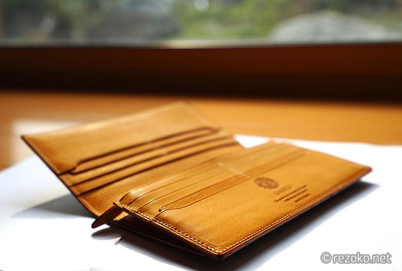 GANZOの財布を日光浴させてみる